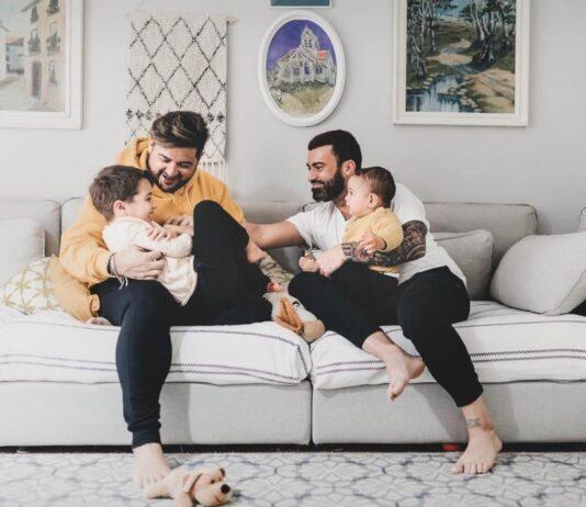 Vicente Molina con su marido Óscar y sus hijos