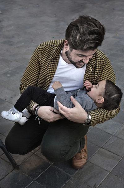 Vicente Molina González con su segundo hijo